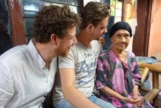 Acteur Eric Schneider met zoons in NOS-documentaire